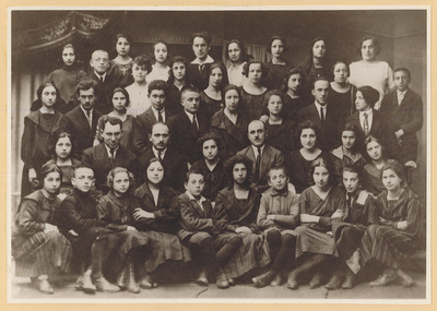 Yugnt fareyn shule, graduating class, 1920-21. (Shaul Goldman is 2nd row from bottom, 5th from left.)